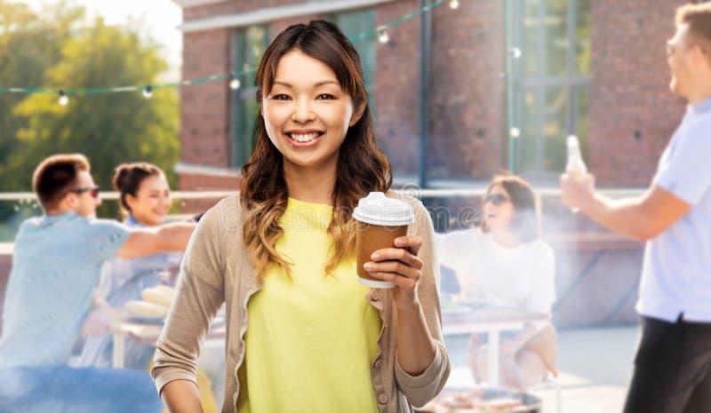 Café bebendo da mulher asiática sobre o partido do telhado fotografia de stock royalty free