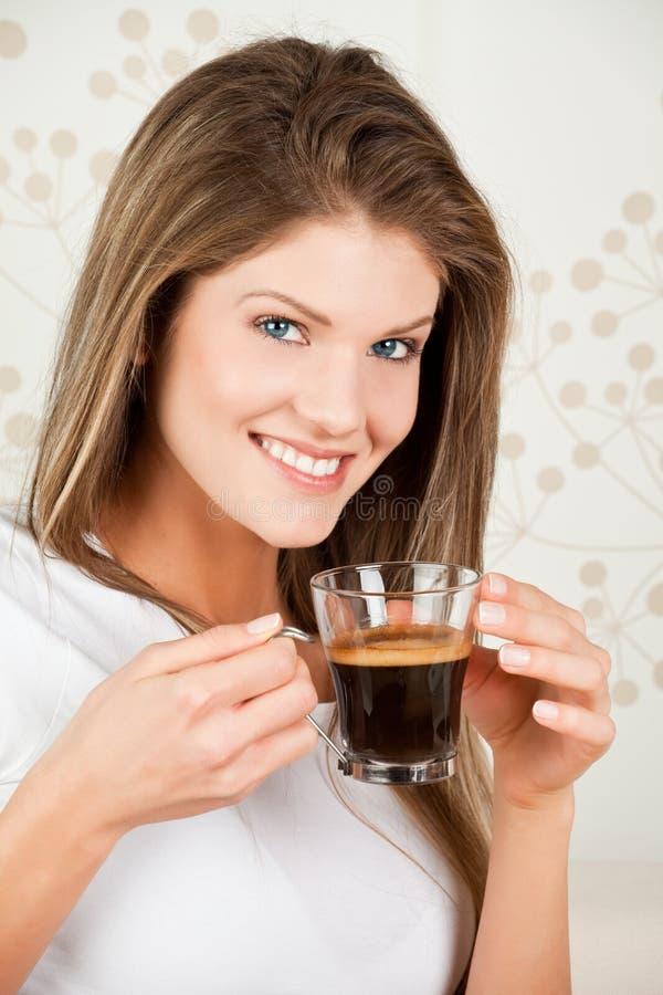Download Café Bebendo Da Mulher Atrativa Nova Imagem de Stock - Imagem de povos, pullover: 12802977