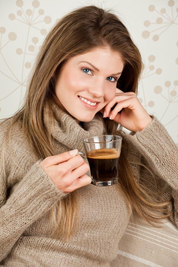 Download Café Bebendo Da Mulher Atrativa Nova Imagem de Stock - Imagem de felicidade, povos: 12803237