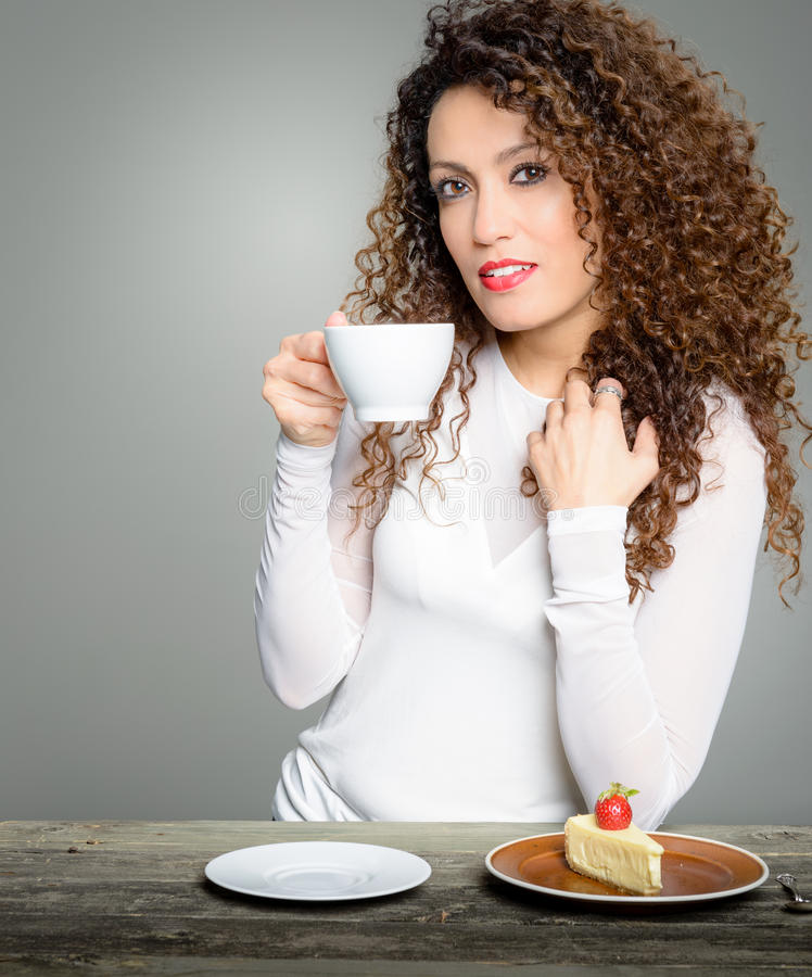 Café bebendo da mulher bonita imagens de stock royalty free