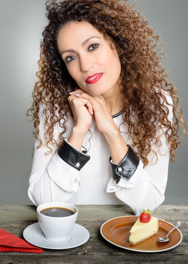 Café bebendo da mulher bonita imagem de stock