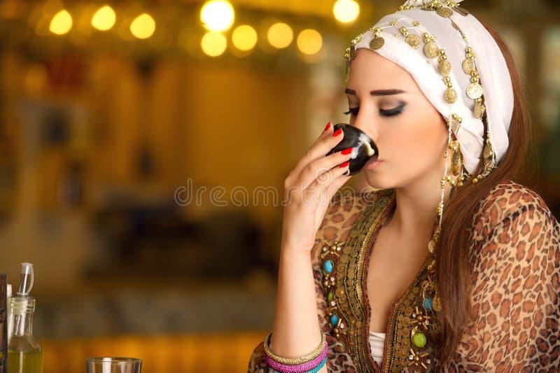 Café bebendo da mulher bonita egípcia fotografia de stock