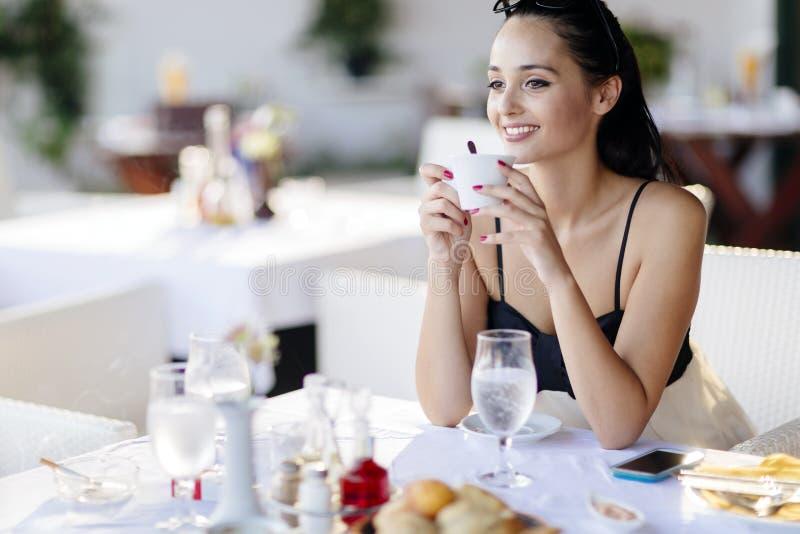Café bebendo da mulher bonita no restaurante imagens de stock