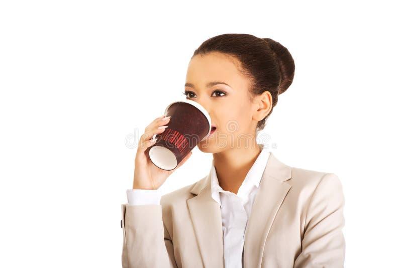 Café bebendo da mulher de negócio imagem de stock