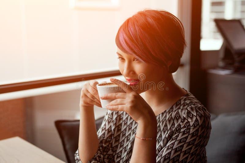 Café bebendo da mulher elegante fotos de stock royalty free