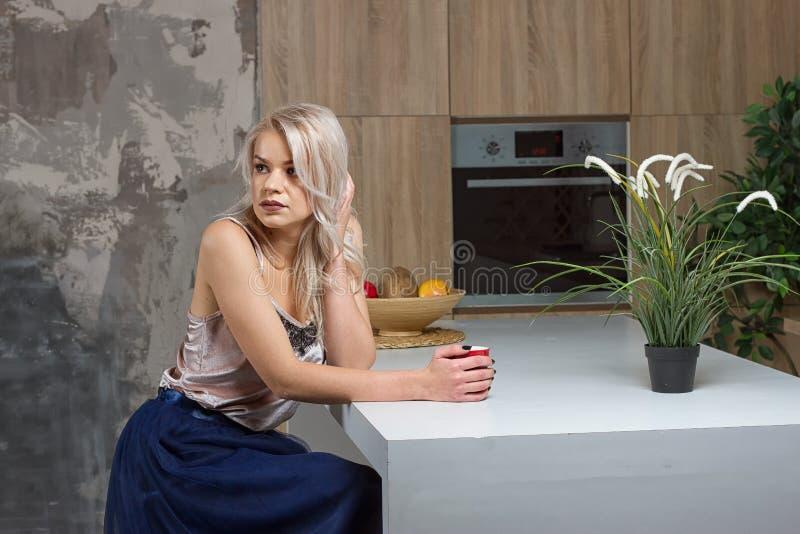 Café bebendo da mulher na manhã fotografia de stock royalty free