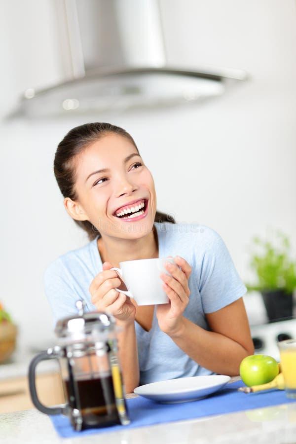 Café bebendo da mulher que come o café da manhã em casa foto de stock royalty free