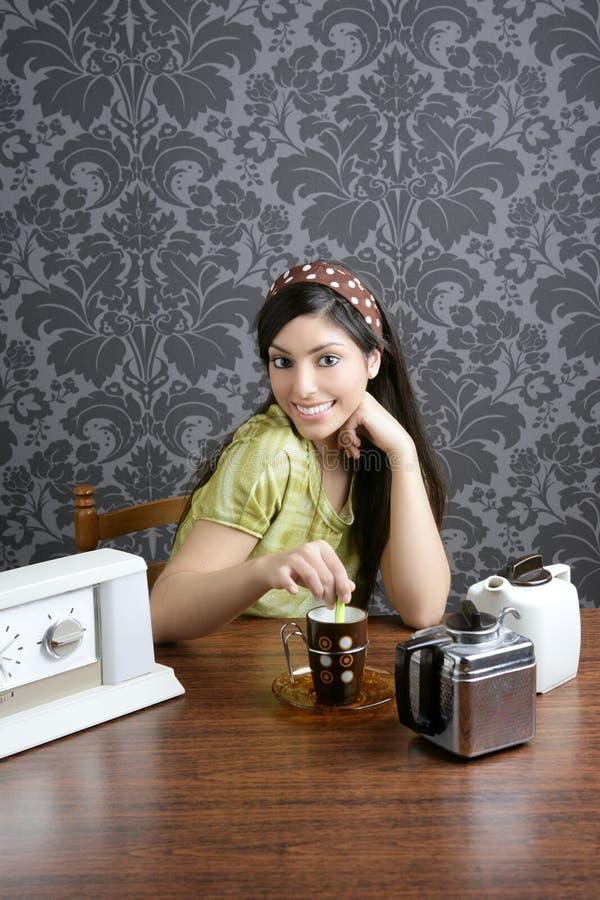 Café bebendo da mulher retro na cozinha do papel de parede fotos de stock