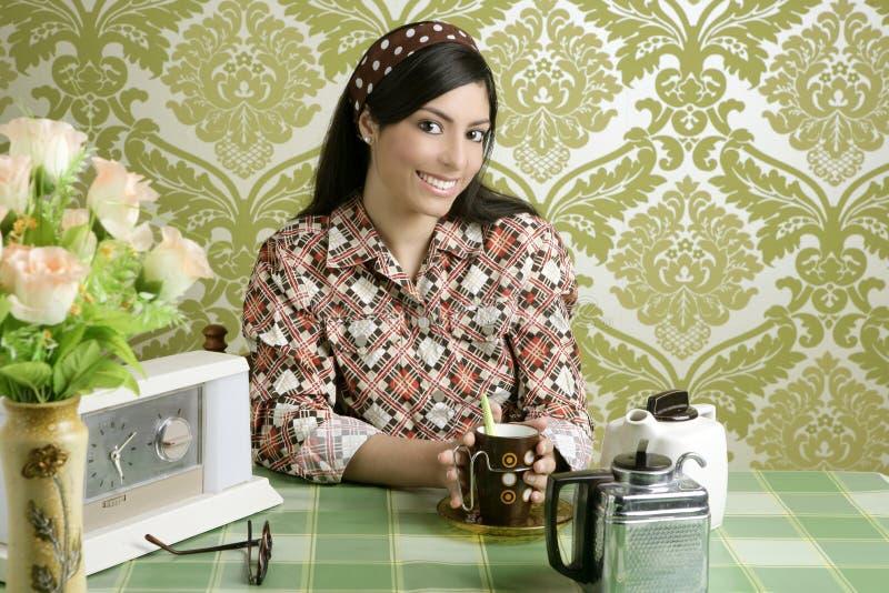 Café bebendo da mulher retro na cozinha do papel de parede foto de stock