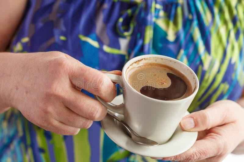 Café bebendo da mulher sênior fotos de stock