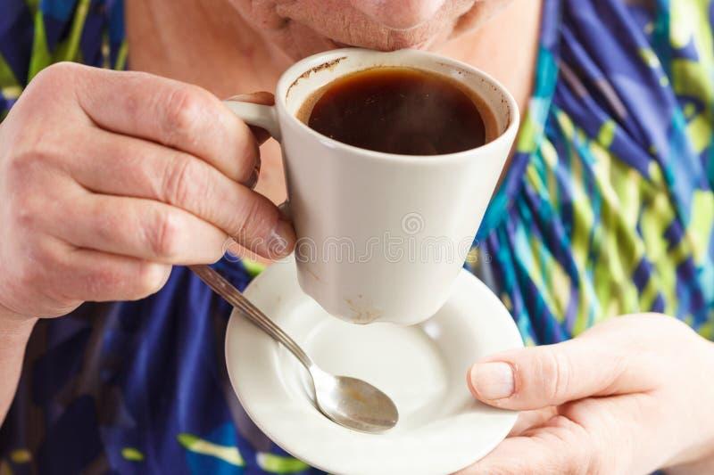 Café bebendo da mulher sênior imagens de stock
