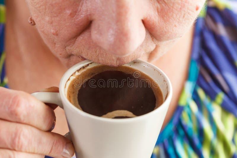 Café bebendo da mulher sênior imagem de stock royalty free