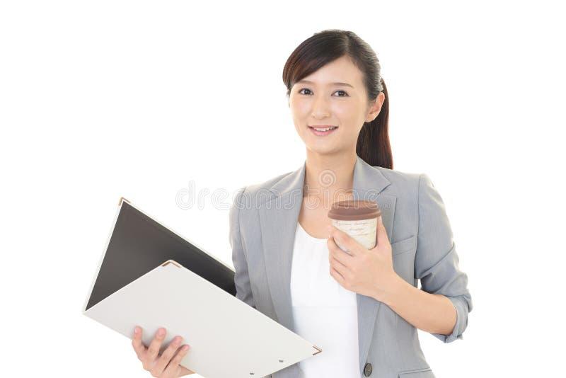 Café bebendo de sorriso da mulher asiática fotografia de stock royalty free