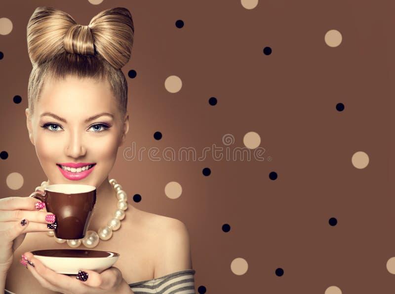 Café bebendo denominado retro da menina modelo fotografia de stock