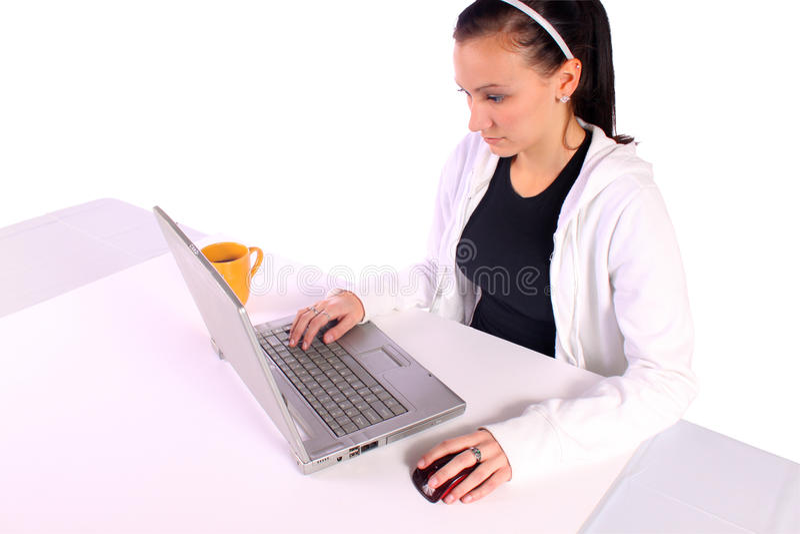 Café bebendo do adolescente ao trabalhar nos comp(s) imagem de stock
