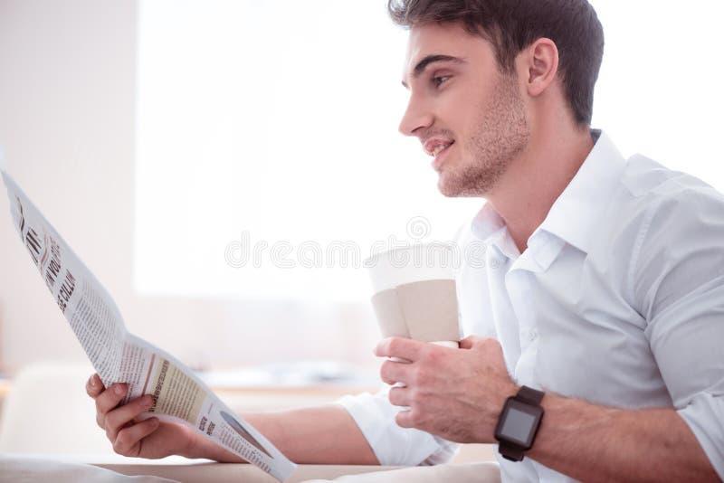 Café bebendo do homem considerável agradável imagens de stock royalty free