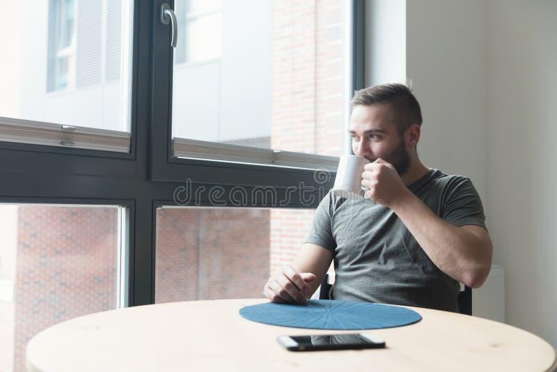 Café bebendo do homem na manhã fotos de stock