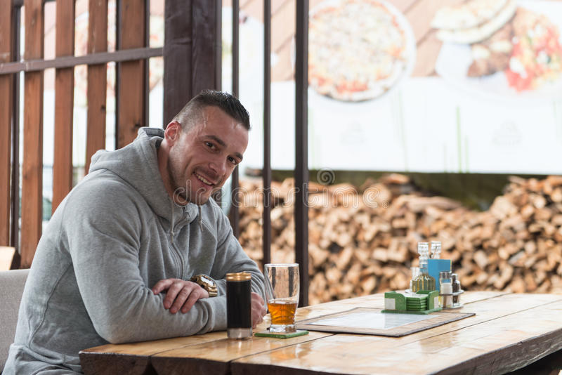 Café bebendo do homem novo exterior fotos de stock