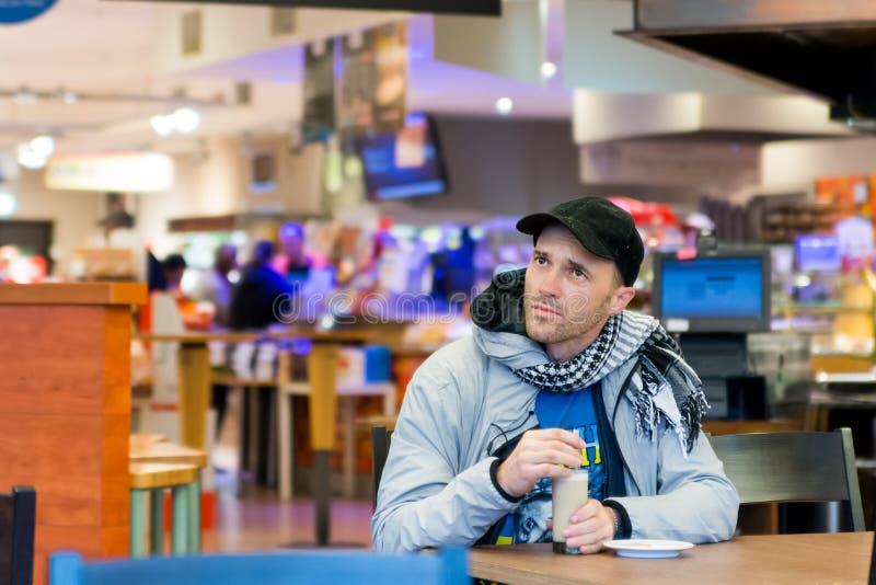 Café bebendo do homem que senta-se no café O foco está na cara foto de stock