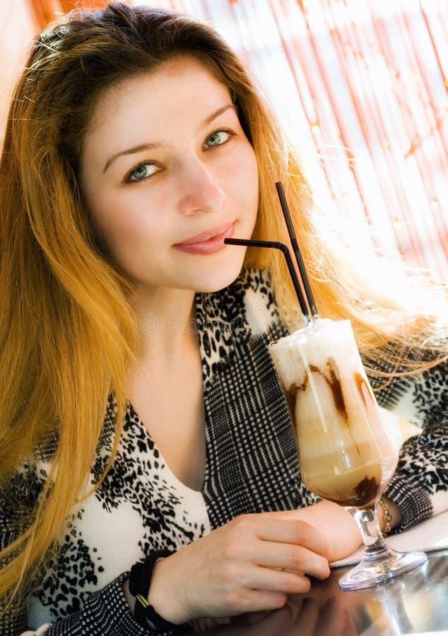 Café bebendo do latte da mulher 'sexy' bonita imagem de stock royalty free