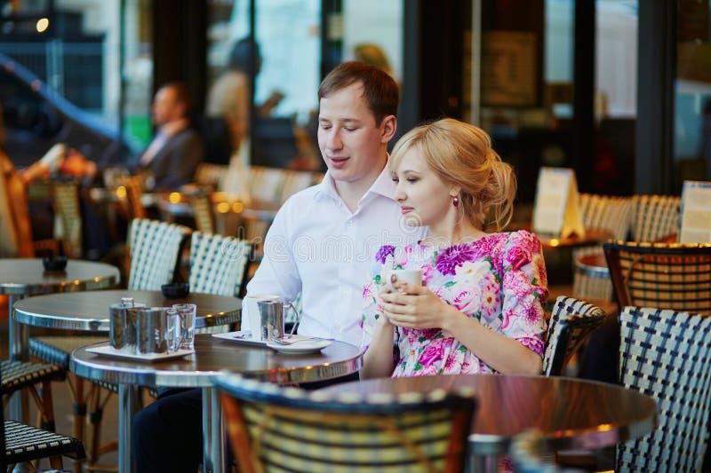 Café bebendo dos pares loving românticos imagens de stock royalty free