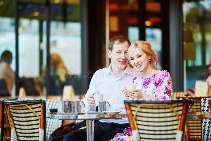 Café bebendo dos pares loving românticos imagens de stock