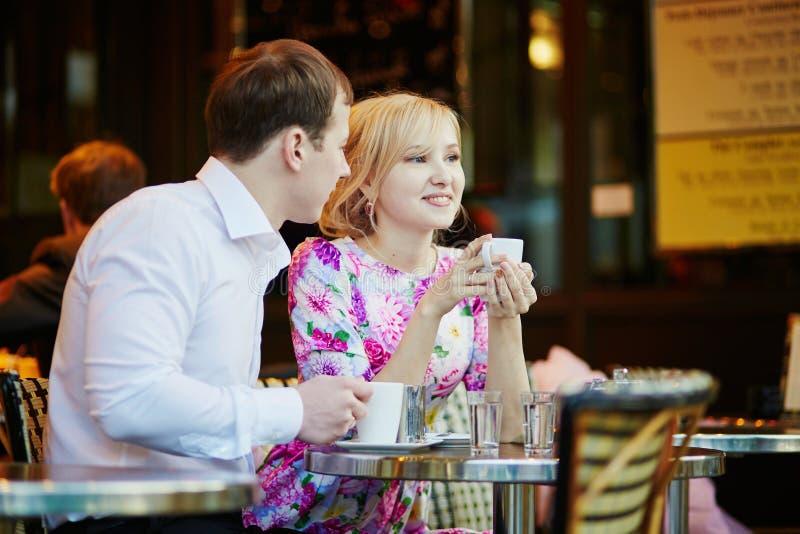 Café bebendo dos pares loving românticos imagem de stock