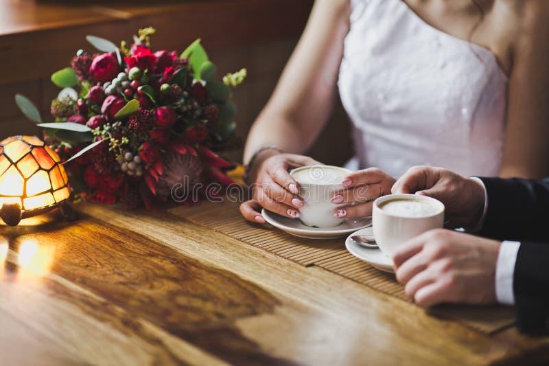 Café bebendo dos pares novos fora dos vidros fotos de stock royalty free