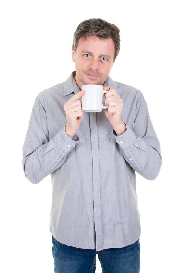 Café bebendo envelhecido médio considerável do homem sobre o fundo branco na caneca branca vazia vazia fotos de stock
