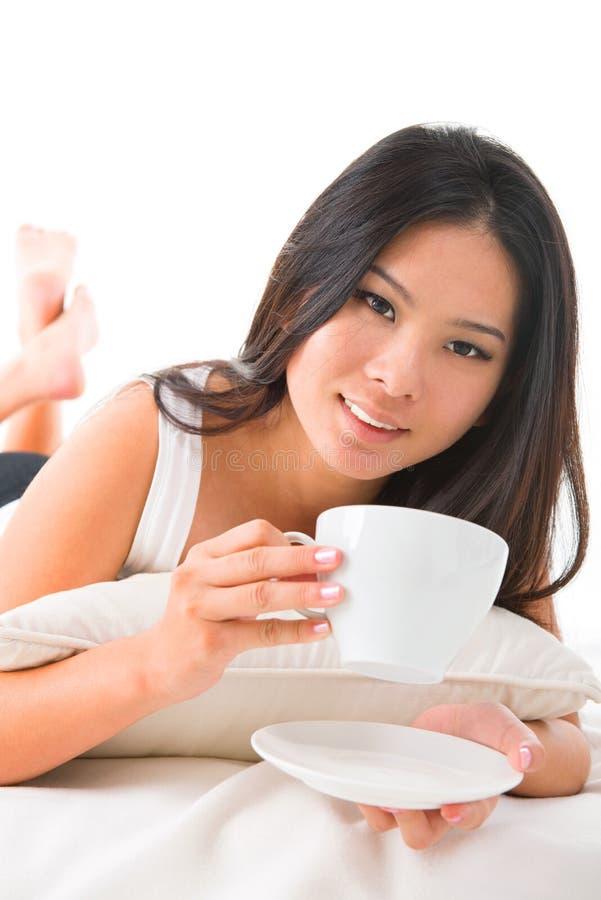 Café bebendo na cama imagem de stock