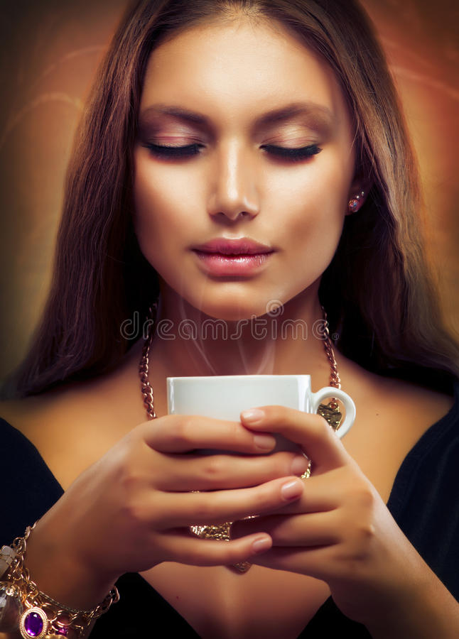 Café bebendo ou chá da menina bonita foto de stock
