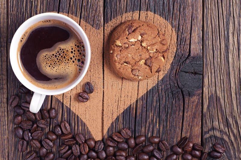 Café, biscuit et coeur photographie stock