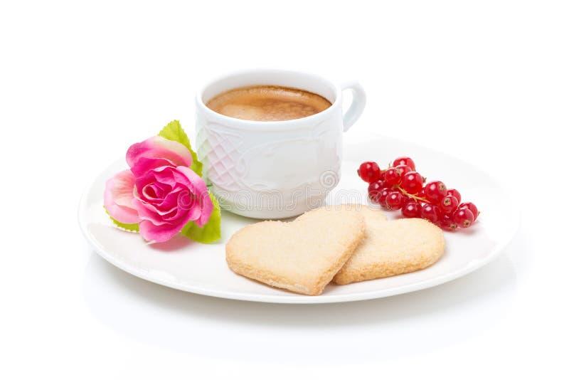 Café, biscuits sous forme de coeur et Saint-Valentin de fleur photographie stock libre de droits