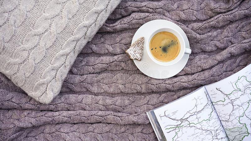 Café blanco de la taza con la multitud de pájaros en galleta del cielo y de la galleta adentro foto de archivo libre de regalías