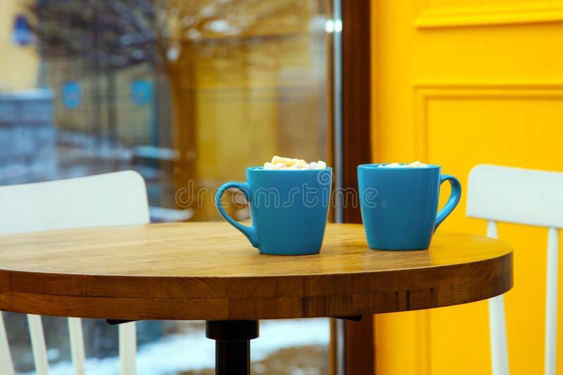 Café bleu de guimauve de fenêtre de chaise de table de fond de jaune de tasse de café images libres de droits
