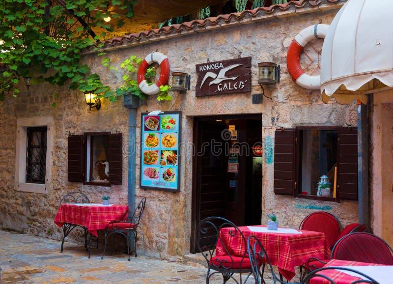 Café bonito na rua da cidade velha Budva imagens de stock royalty free