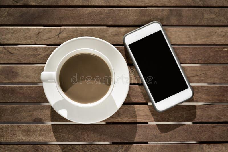 Café branco e smartphone imagem de stock