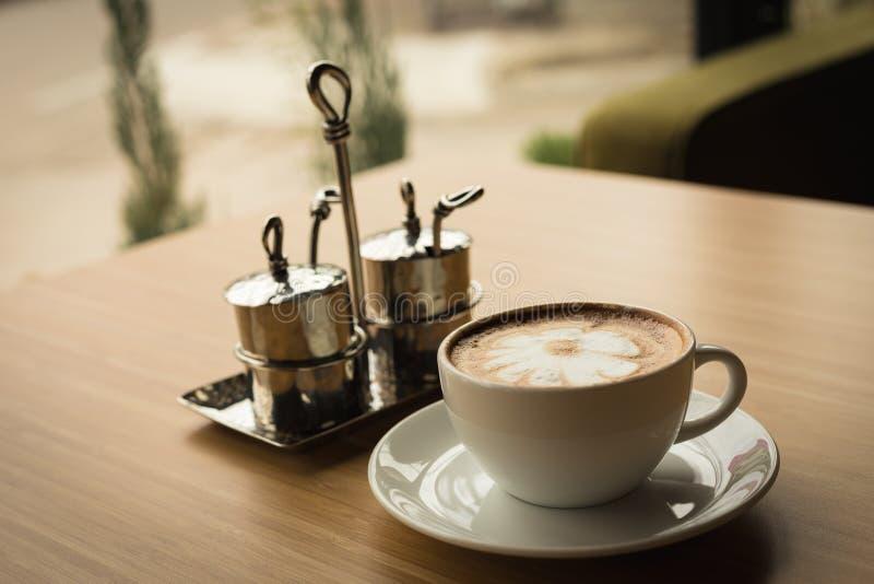 Café caliente con arte del latte imagen de archivo libre de regalías