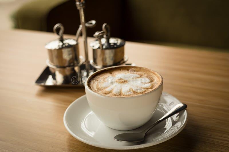 Café caliente con arte del latte foto de archivo