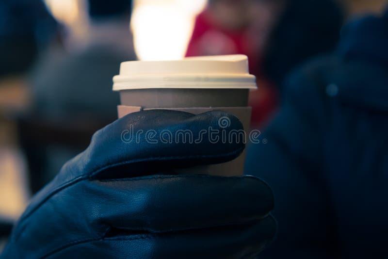 Café caliente con el gancho agarrador con el guante de la mano fotos de archivo