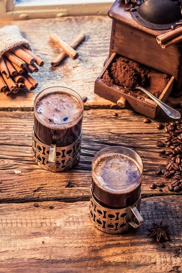 Café caliente con el olor del canela fotos de archivo