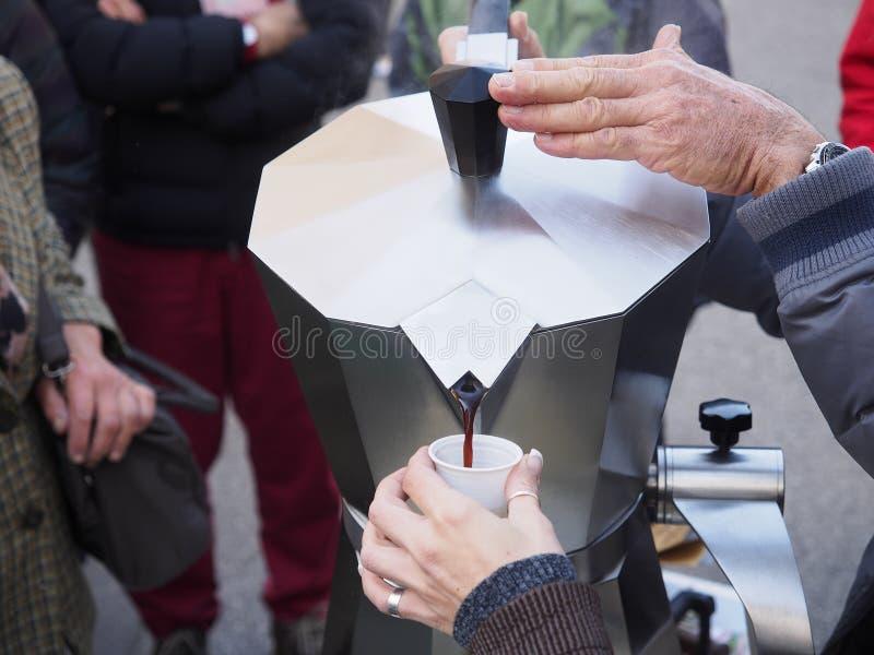 Café caliente de colada en la calle imagen de archivo libre de regalías