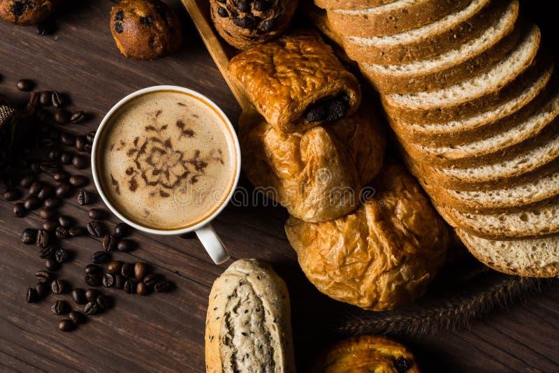 Café caliente de la visión superior en la taza blanca con los granos del humo, de la panadería y de café en el bolso del cáñamo c imágenes de archivo libres de regalías