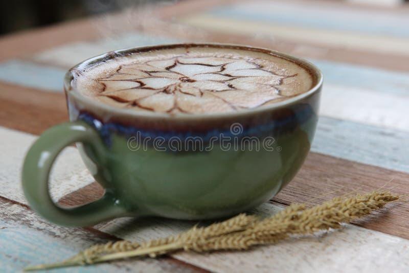 Café caliente del Latte con el estilo italiano del vapor tradicional en el café sh fotos de archivo libres de regalías