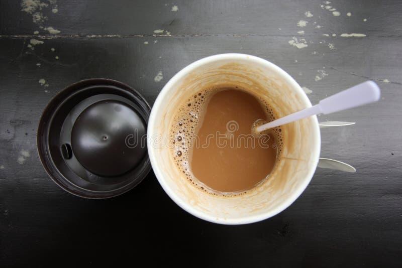 Café caliente en la taza de papel fotografía de archivo libre de regalías