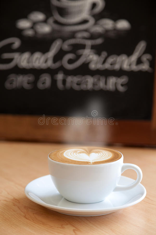 Café caliente en una taza imagenes de archivo