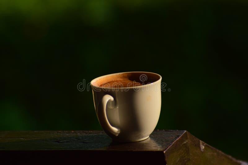 Café caliente por placer Sip una taza de café caliente foto de archivo
