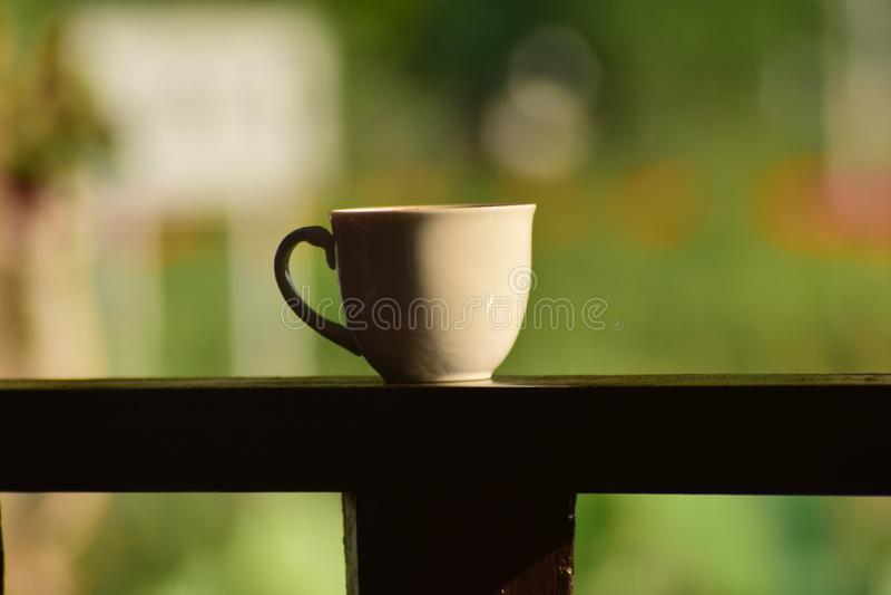 Café caliente por placer Sip una taza de café caliente imágenes de archivo libres de regalías