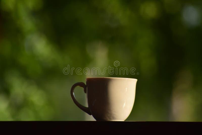 Café caliente por placer Sip una taza de café caliente imagen de archivo