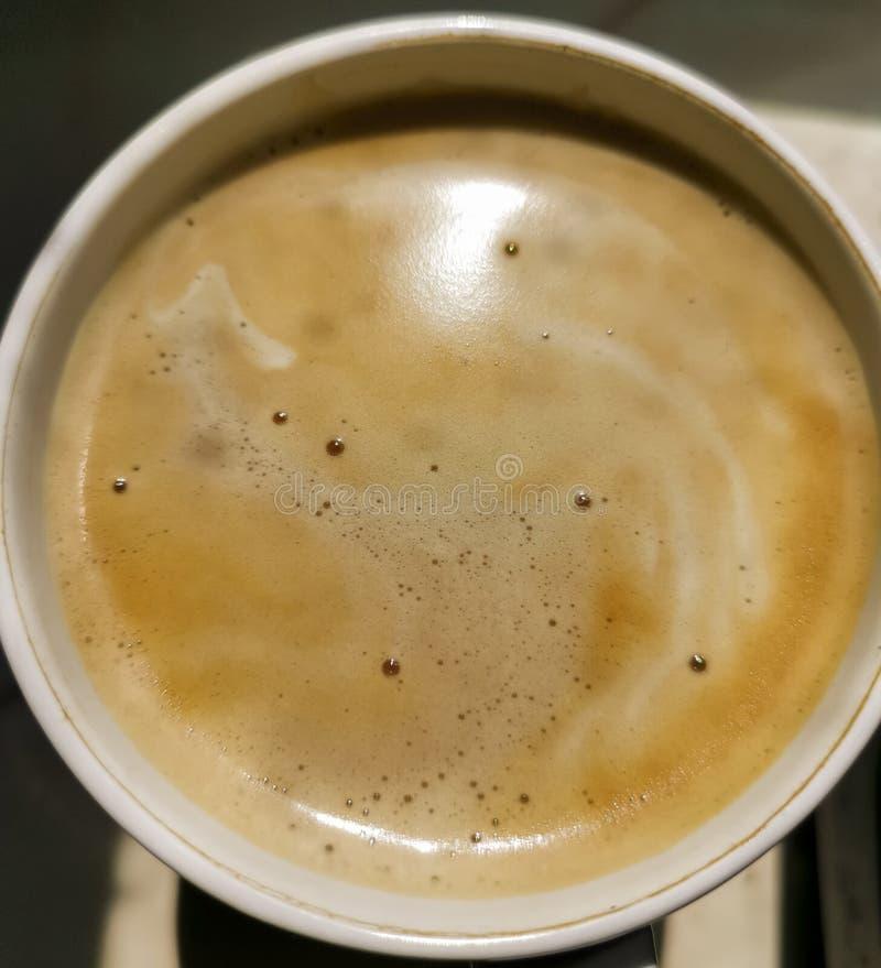 Café cappuccino na caneca fechar Xícara cheia de latte, mocha com espuma de leite macro detalhes da bebida de cafeína quente Ver  fotos de stock royalty free
